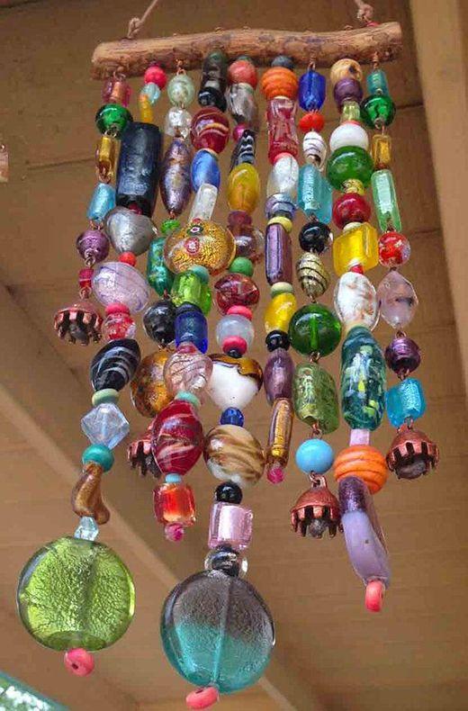 Maak Magazine: windgong van allerlei glazen kralen