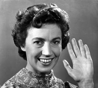 Hannie Lips,omroepster, ze zwaaide altijd als de uitzending afgelopen was.( dat deed ze heel bijzonder met gekruiste handen.....) Het was dan ook Tante Hannie...bijzonder toch?