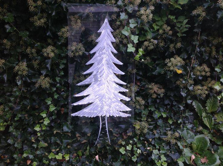 Op een oud stuk plexiglas (restant uit de garage van mijn opa) tekende ik met krijtstift deze kerstboom. Ik ga er big mijn kerststerren van sappakken op plakken om hem te versieren.