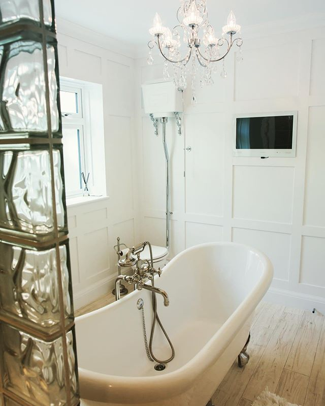 White bathroom TV, available in 19 and 24 inch!