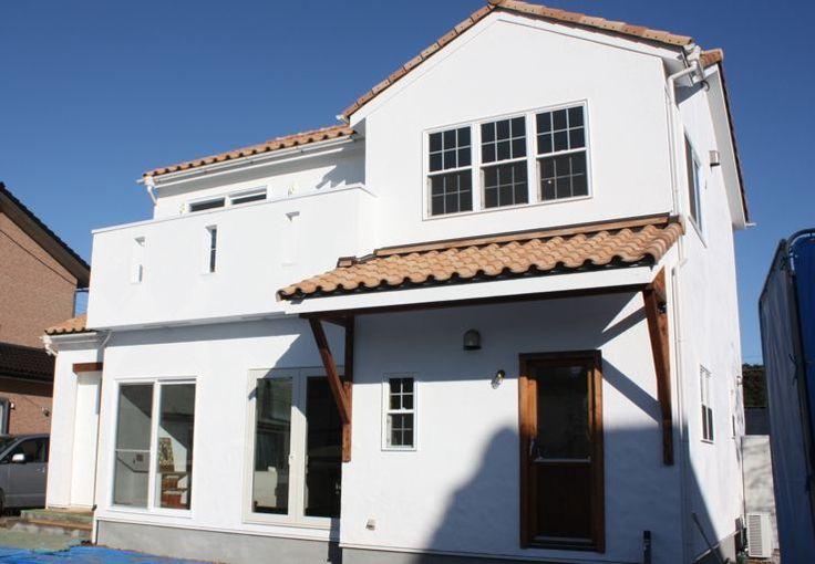 漆喰や木の自然素材をふんだんに使ったナチュラルテイストにレトロ感をプラスした2階建てハウス