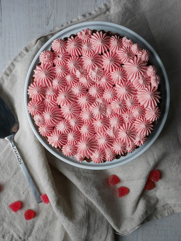 Jag har hittat nyckeln till att göra en festlig tårta, som är kul att dekorera, enkel att baka och kräver minimalt med tid. Kladdkaka med olika sorters smaksatt grädde! Tänk bara på att grädden hel…
