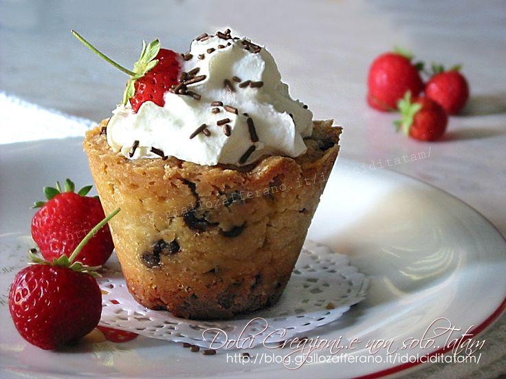 Bicchieri di biscotto e frutta: golosi e irresistibili dolcetti tutti da mangiare, un guscio di cookies al cioccolato ripieni di frutta fresca e panna...