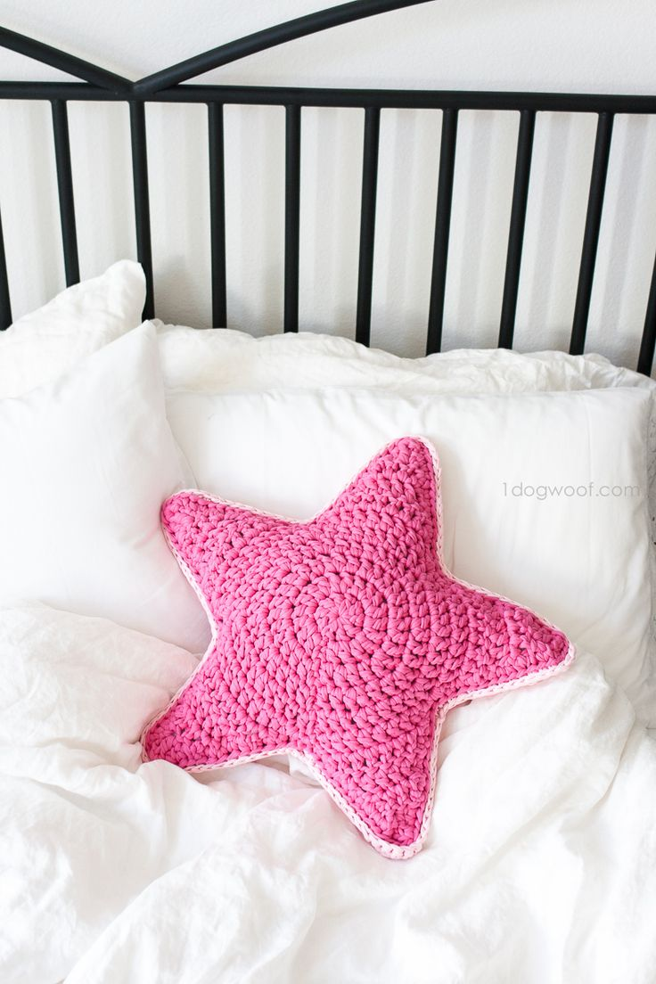 Crochet Sirius Star pillow using pink fabric or t-shirt yarn.