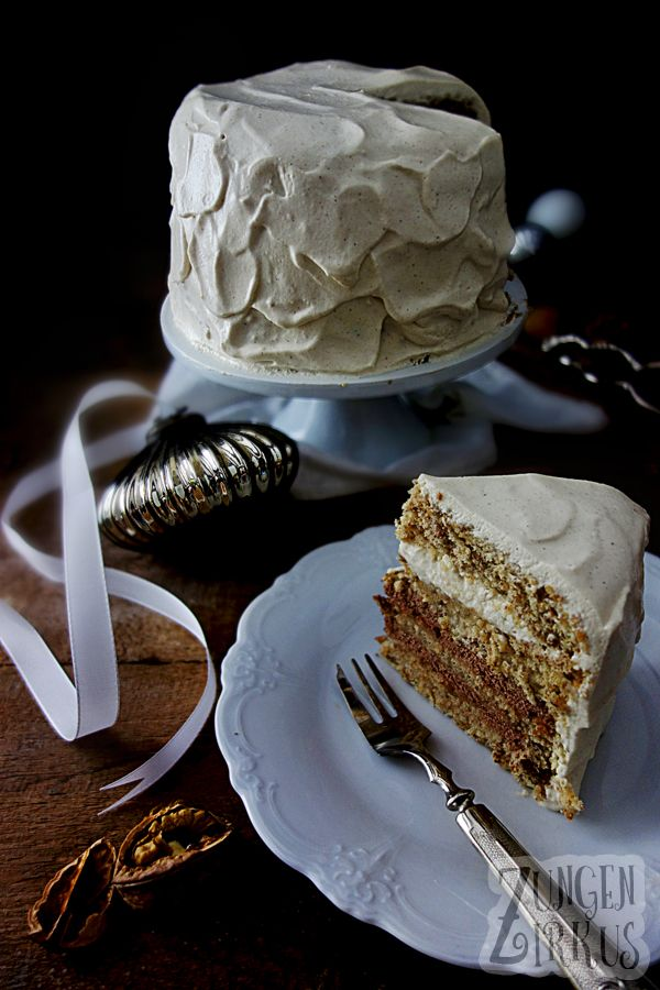 Winterliche Torte mit Walnussbiskuit, Ahornsirup und Frischkäsecreme.