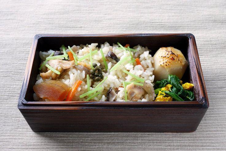 鶏炊き込みご飯(220g 三つ葉 奈良漬 実山椒佃煮)、里芋田楽、小松菜と菊花お浸