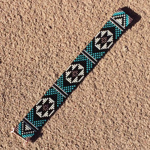 Esta pulsera de color turquesa y negro grano telar fue inspirada por todos los hermosos nativos y latinos americanos patrones que veo a mi alrededor en Albuquerque, Nuevo México. Como con todas mis piezas, he creado en un telar de grano con gran cuidado y atención al detalle.  Nota importante: Por favor medir su muñeca antes de colocación de la orden, para asegurar un ajuste apropiado. Estas pulseras no son ajustables.  Los granos utilizados en esta pieza son mi favorito - alta calidad de…