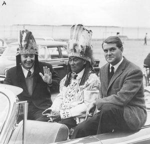 Soirée en l'honneur des nageurs, à Roberval. Réjean Lacoursière, de Montréal. le chef Gabriel Kurtness, de Pointe Bleue. et Jack- Antoine Cloutier, de Sept Iles.
