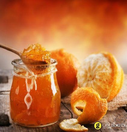 Φτιάχνουμε αυτή την εύκολη μαρμελάδα πορτοκάλι τον χειμώνα που τα πορτοκάλια τα βρίσκουμε στην καλύτερη περίοδο φρέσκα και λαχταριστά. Το τζίντερ θα δώσει στο υπέροχο άρωμα του πορτοκαλιού την τσαχπινιά και την σπιρτάδα.