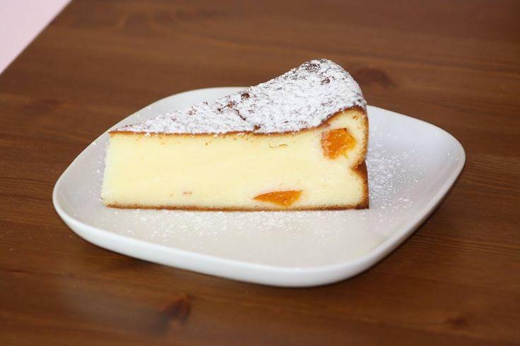TVAROŽNÍK 6 vajec + 1 rozpuštěné máslo + 250 g cukru + 1 van. cukr - vyšlehat Pak přidat 6 lžic dětské krupičky, 1 kg tvarohu a 1 prášek do pečiva. Nalít do vymazané a vysypané dortové formy a péct při 180°C cca 45 min. (záleží na troubě, jak peče). Já přihodila ještě pár meruněk ;) Olga Krásová to Pečení všeho druhu