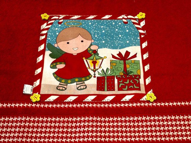 Toalha+de+rosto+vermelha+com+aplicação+de+tecido+com+motivo+natalino+e+acabamento+com+botões+de+madeira.+<br>Pra+enfeitar+sua+casa+na+época+mais+linda+do+ano.+<br>Receba+suas+visitas+com+estilo.+<br>Peça+única.
