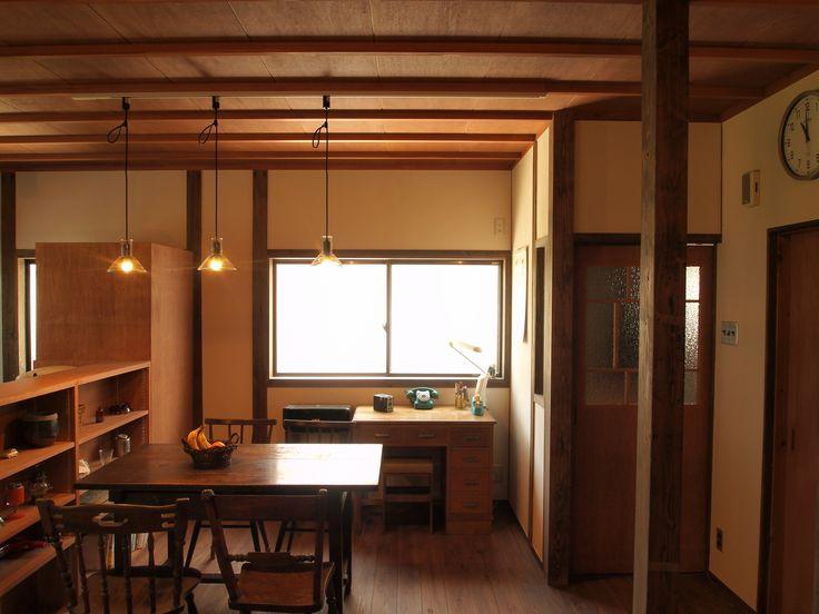 築30年の中古住宅のリノベーション。 古き良き時代の昭和の雰囲気で仕上げました。 細長い廊下の壁を撤去し、DKと一体化させることで、 面積を有効活用しました。 床は、温かみのある杉無垢フローリング、壁は自然素材の漆喰で、天井は杉の竿縁天井を採用しています。 また既存の柱を現して利用したり、筋交い、合板を追加して耐震改修もしました。 音楽室は、既存のサッシの内側に内窓を追加し、壁は遮音構造とし、天井は既存の天井を利用して吸音構造としました。これによって、隣家への音楽の音は聞こえない程度か、気にならない程度に軽減されました。 一つ一つの材料、見積を丁寧にお施主様の立場にたって親身に精査していったことが最大の工夫した点です。
