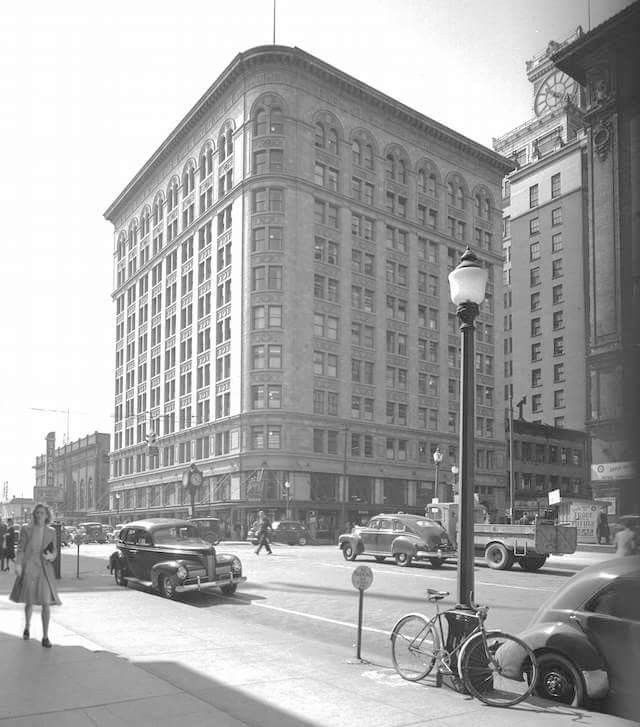 Birks building at Granville & Georgia 1946 and the old Birks clock on the corner. Unortunatly  was demolished in 1974.