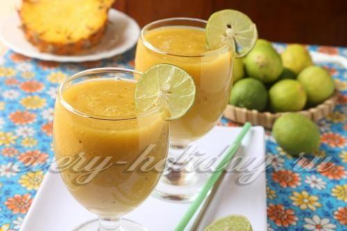 Смузи из манго с ананасом и бананами