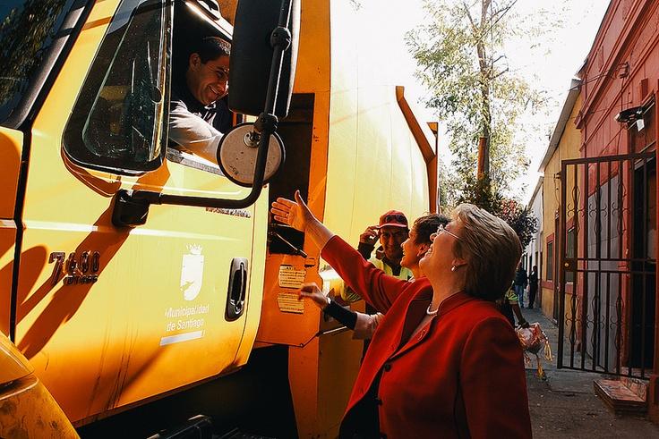 """mayo 11, 2013 """"Hay que trabajar por un país mejor porque los chilenos no están contentos""""  Tras realizar un puerta a puerta y visitar una feria en el barrio Matta Sur, en la comuna de Santiago, Michelle Bachelet reiteró el llamado a votar en las primarias del 30 de junio."""