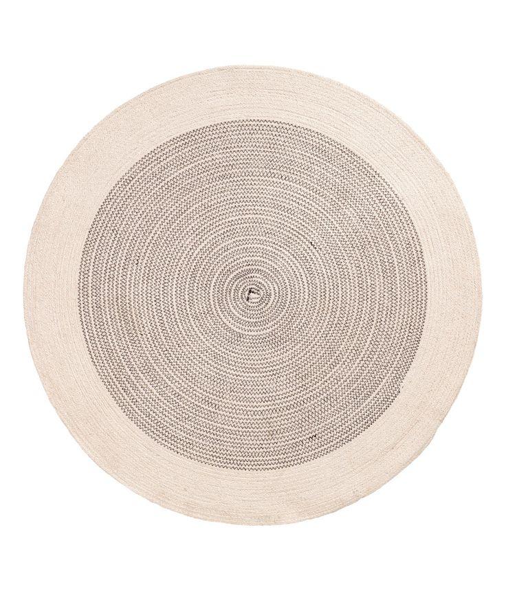 Kolla in det här! En rund matta i jute med kontrastfärgade sömmar. Mattan har halkskydd under. Diameter 70 cm. - Besök hm.com för ännu fler favoriter.