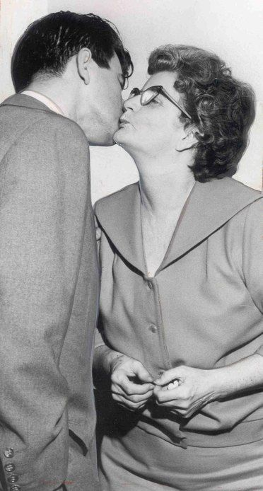 Elizabeth Ann Duncan with her son Frank. Duncan jealous that her pregnant daughter in law threatened her incestuous relationship with her son, hired hit men to kill her. 1959. Duncan was executed in 1961