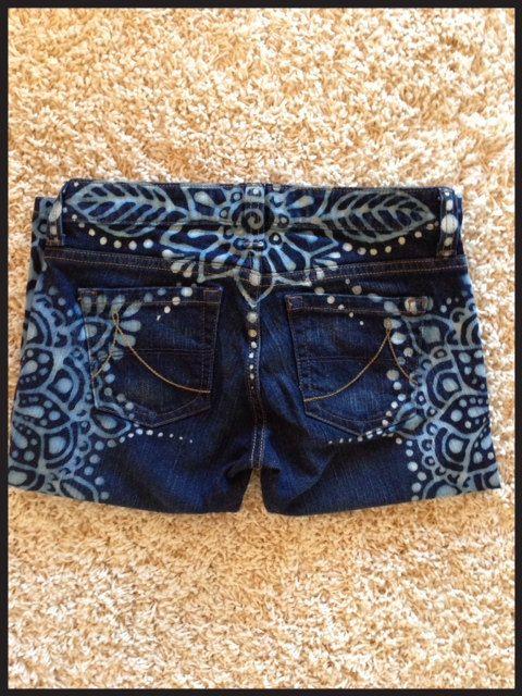 Diseño Mandala en upcycled jeans por reMusedClothing en Etsy