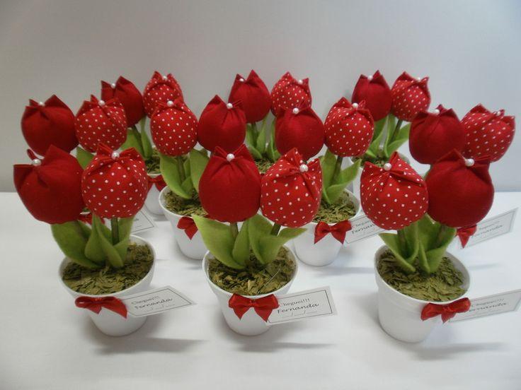 Mini vaso com delicadas tulipas , ideal para lembrancinhas de 15 anos, chá de bebê, bodas de casamento e aniversário. <br>Quantidade mínima 20 unidades. <br>Acompanha tag de agradecimento, embalagem e haste porta recados.