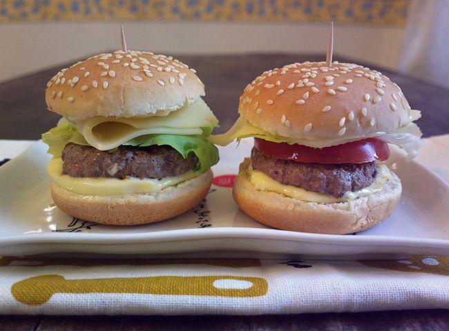 """La domanda da cui nascono i """"Mini burger - ovvero quando è tardi per cucinare"""" è la seguente: Che si mangia oggi a pranzo? niente! in frigo non c'è un cavo"""