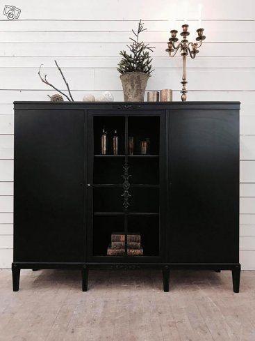 Design av VillaAntik  02545 Helt fantastiskt H: 135cm B: 162cm D: 44cm Pris: 11200:-  Relevanta sökord: vitrinskåp, serveringsskåp, skåp, bokskåp  Kombinera gärna denna möbel med våra andra möbler i stil med vintage, allmoge, lantligt, romantiskt ska...