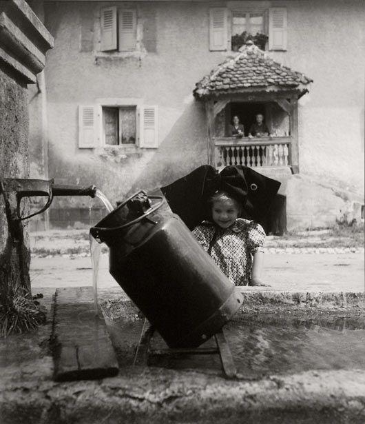 Robert Doisneau  Oberlarg - à la fontaine  Alsace,1945