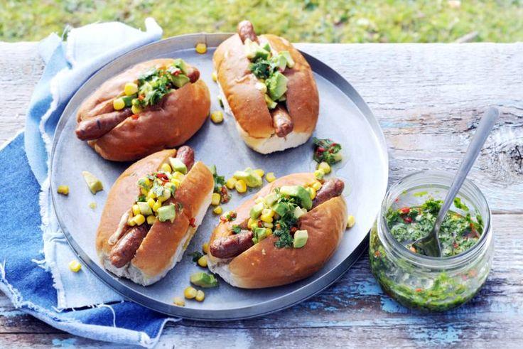 Een wit puntje met jalapeñomayonaise, chipolata's en koriander-peperolie. Klaar voor een beetje pit? - Recept - Allerhande