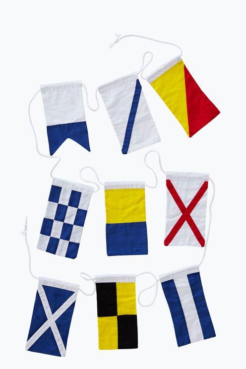 Flaggspel i bomullscanvas med 9 dubbelsydda signalflaggor i olika färger. Vimplarna är monterade på en vit grov bomullslina. <br><br>ELLOS