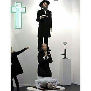 "Ada seorang yahudi tidak suka melihat ""seni"" ini lalu seorang nasrani bertanya : . ""Kenapa Anda tidak suka..?? Padahal nasrani dan yahudi berada di posisi yang paling atas?"" .  Orang Yahudi itu pun menjawab : ""Kalau umat Islam itu bangkit pasti kita semua akan jatuh.""(Renungkan...!) .  Foto di atas adalah karya seni yang makna filosofinya bertujuan ingin melecehkan Islam. Tapi setelah dipahami lagi lebih dalam tentang makna fislosofinya yang awalnya bertujuan melecehkan Islam ternyata makna…"