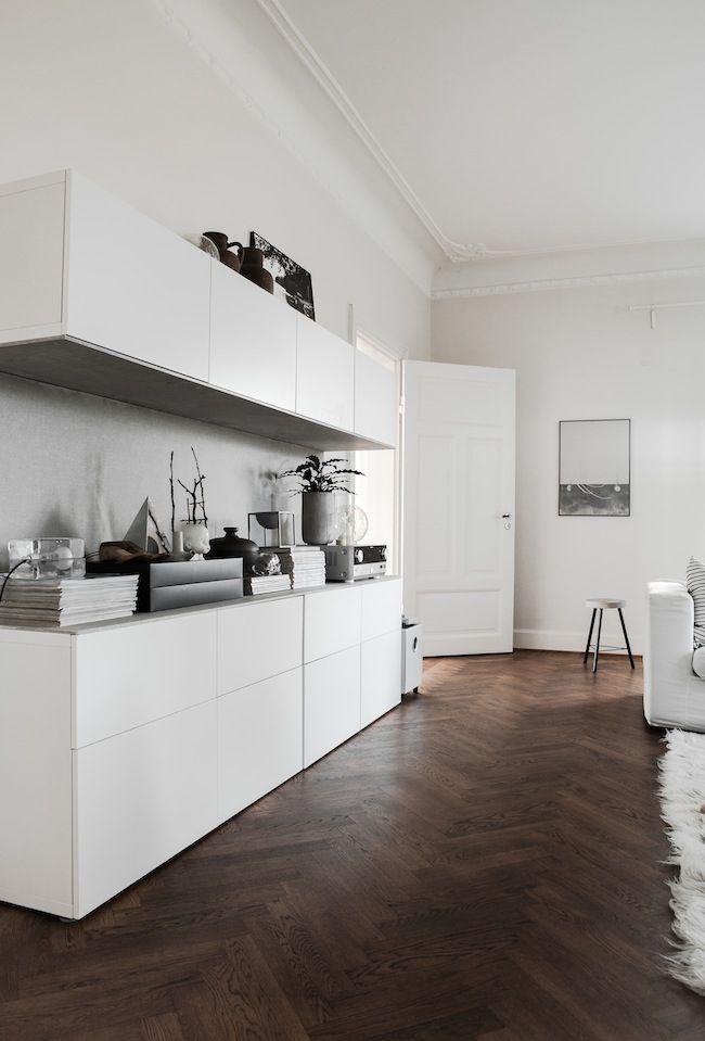Ikea besta mooi met houten plank erop  Wandmeubel vitrinekast  Pinterest  Ikea, Ikea Storage ...