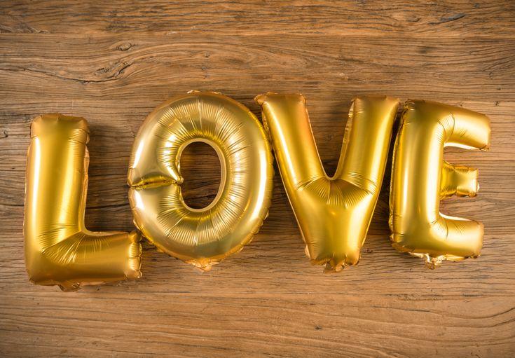 Globos Metálicos con la Palabra LOVE Color Oro - LOVERSpack Con este globo crearas la atmósfera que tanto estás buscando crear para esa ocasión especial, aniversario, cumpleaños, boda o simplemente sorprendera a tu pareja. #decoracióncumpleaños #decoraciónaniversario #decoraciónboda #sorprenderamipareja #regalosoriginales #globos #globolove #love #decorarhabitaciónromántica #nocheromántica #parejas #regalos #sorpresas #LOVERSpack