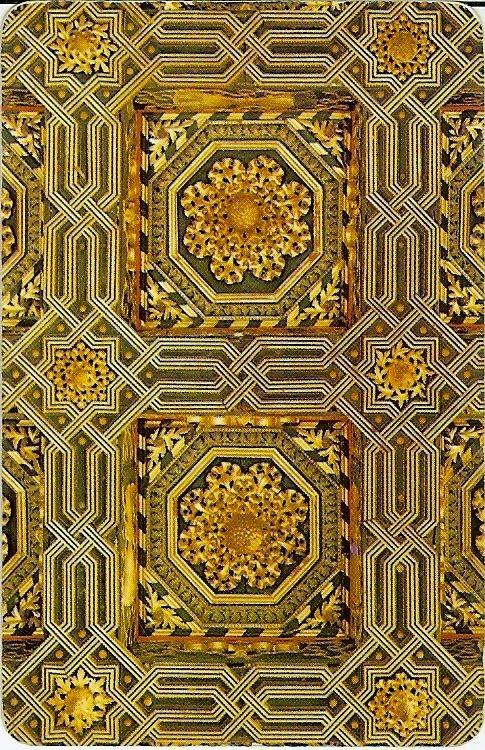 Artesonado del Palacio de La Aljafería de Zaragoza, puesto en el reverso de la Baraja Aragonesa