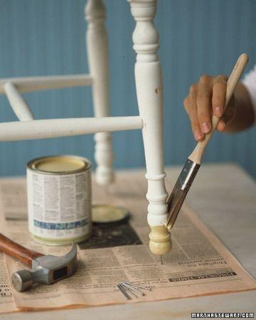 Timmer een spijker onder de stoelpoten die je wil schilderen, je komt er zo veel makkelijker bij!