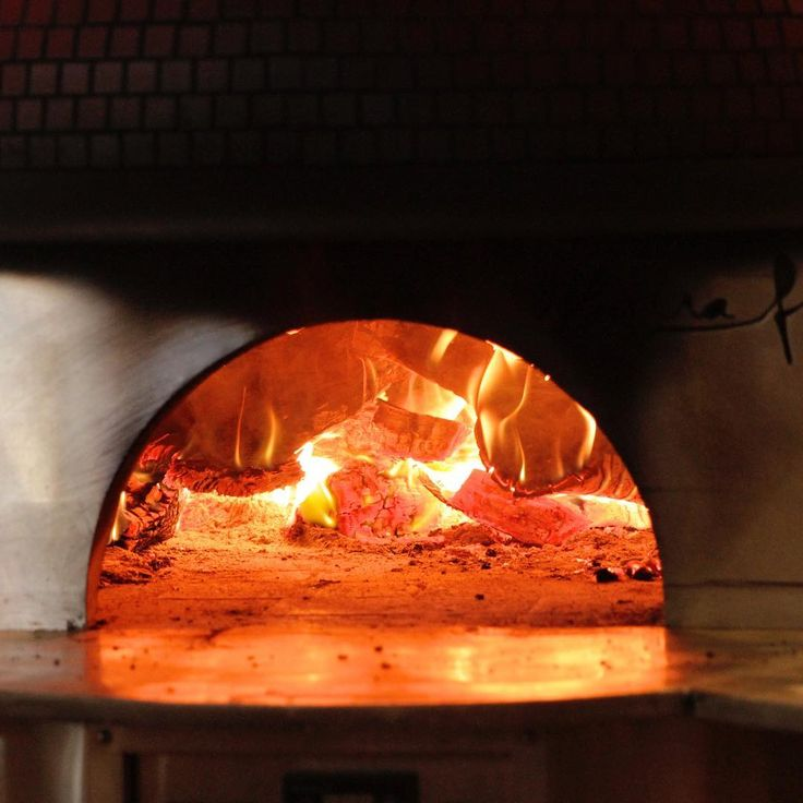 Did you know that the temperature of a wood oven to cook pizza is between 700° and 750°... Pizza #chefs really know how to manage fire!!! Photo credit @gildaadlerphotography ------------------------------------- �� Pizzeria & Cucina Italiana ���� ��+1 (619) 224 2272 �� www.osteriaromantica.com/pummaro �� 1101 Scott St, San Diego, CA 92106 http://w3food.com/ipost/1511827879314765821/?code=BT7F3I8Frf9