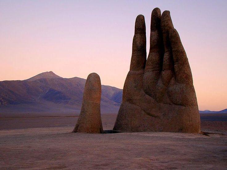 La Main géante du désert au Chili , de 11 mètres de hauteur, semble appeler à l'aide quiconque pourra la sauver du désert de l'Atacama, brûlant le jour et glacial la nuit... Une oeuvre du sculpteur chilien Mario Irarrázabal créée en 1992 et située au sud de la ville