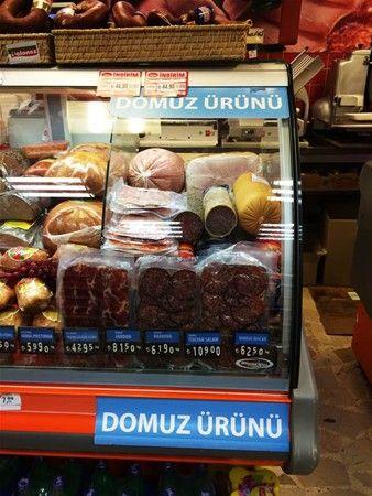 Türkiye'de domuz eti 2001 yılından sonra satılmaya başlandı. Domuz eti genellikle yabancı turistlere yönelik olarak tatil bölgelerinde satılıyor.