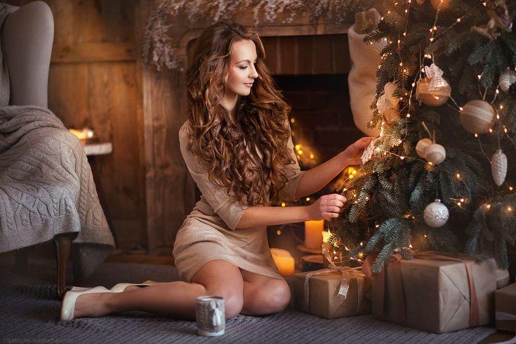 Полу боком сидя девушка елка короткое платье длинные волосы на коленях туфли камин студия