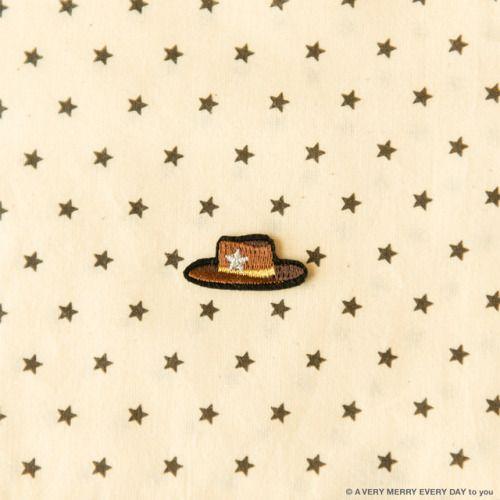 John Wayne...  John Wayne B.D.  月26日はジョンウェインの誕生日です  ジョンウエインといえば やはり西部劇のイメージなので カウボーイハットのアップリケを アイロンで貼り付けるタイプです BONTONという子ども服のお店で見つけました  シェリフ保安官マークの星型と 下に敷いた布の星柄を合わせてみました 岡尾美代子