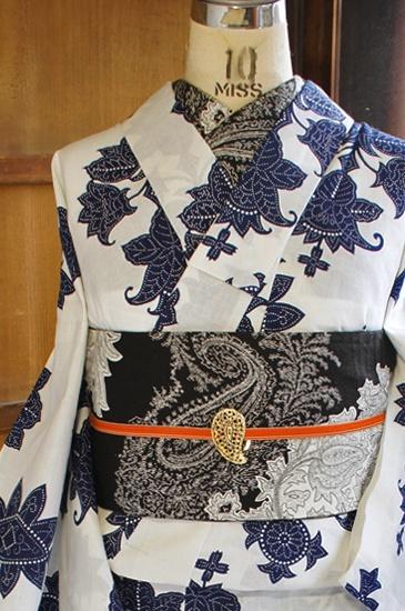 白の地にヴィクトリアン調のヨーロピアン装飾模様が染め出された注染レトロ浴衣です。