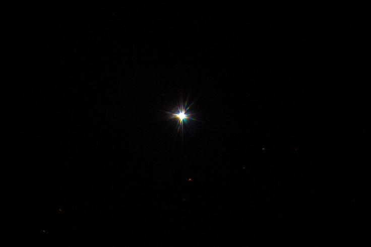 """Sirius  Physikalische Daten: Sternbild: Großer Hund Sirius, α Canis Majoris, auch Hundsstern, Aschere oder Canicula genannt, ist als Doppelsternsystem des Sternbildes """"Großer Hund"""" das südlichste sichtbare Himmelsobjekt des Wintersechsecks. Entfernung zur Erde: 8,611 Lj  Helligkeit: -1,46 Leuchtkraft: 25,4 L☉ Radius: 1.190.000 km (1,711 R☉) Masse: 4,018E30 kg (2,02 Sonnenmassen)"""