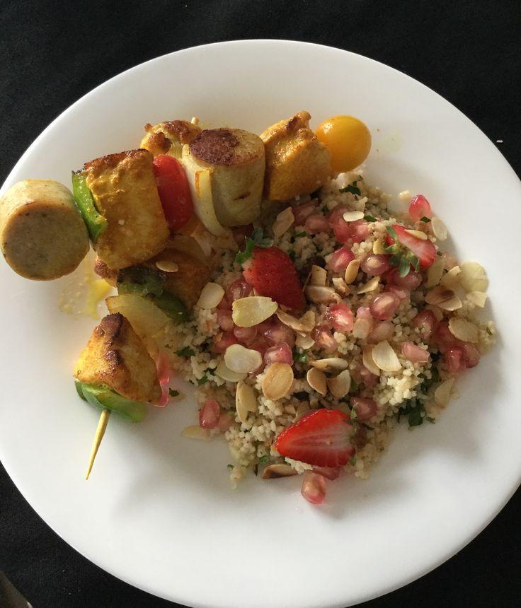 Spiesjes van kip en witte pens met de beste couscous ever!  Recept van de spiesjes alsook de couscous vind je op : mar mora op het bord : daily me. Smakelijk.
