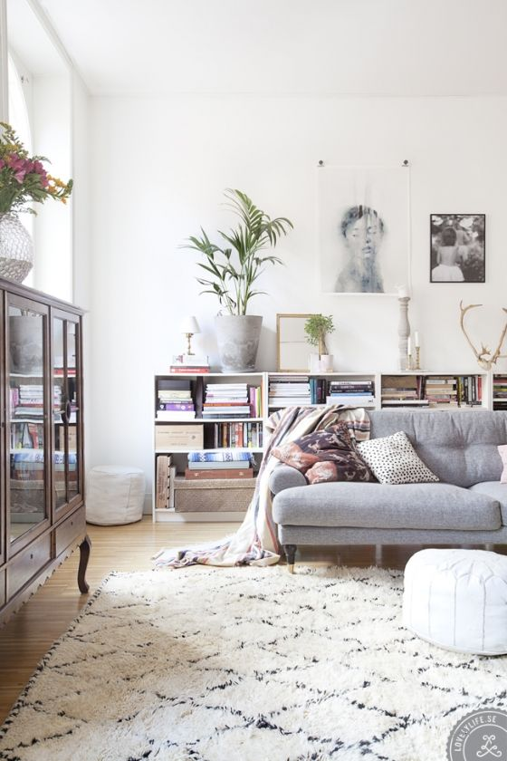 Livingroom with a grey sofa and books