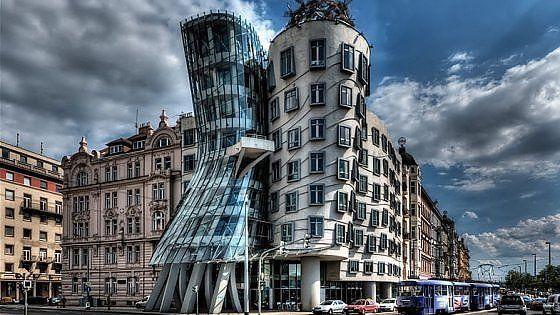 """La famosa torre Pendente o il capolavoro praghese di Frank O. Gehry, ma non solo. Tra """"errori"""" di progettazione che hanno prodotto il miracolo e edifici che l'effetto l'hanno cercato sin dalla nascita, 15 strutture-icona da guardare di traverso"""
