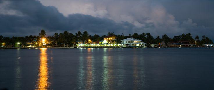 Llega la noche en la colorida isla de Colon. Y lo que se ve en frente es el Cayo Carenero