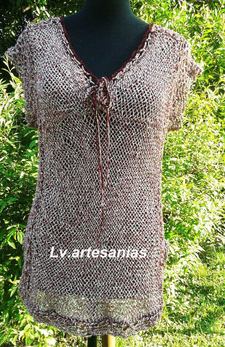 Remera en escote en V realizada en en hilo de algodón en telar con terminaciones en crochet