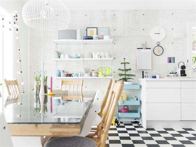 Till matbord har familjen använt ramen från ett gammalt bord och lagt en glasskiva på. Taklampan är från Amazon. Golvet är en vinylbelagd matta från Tarkett. Pall och rull- vagn från Ikea.