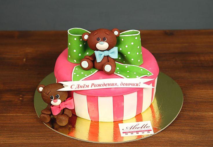 """Детский торт """"Мишки-близняшки""""  Как быть, если именинников у вас не один, а целых два? Конечно, можно было бы заказать по отдельному торту каждому (Карлсон бы с нами согласился😂), но можно сделать торт, который не разочарует никого. Самый выигрышный вариант – торт с мишками. Каждый из главных виновников торжества сможет выбрать себе фигурку мишки и сохранить ее на память или съесть. Главное, чтобы доставка торта произошла незаметно, тогда появление очаровательного сладкого десерта станет…"""