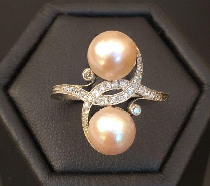 """Online veilinghuis Catawiki: Antieke """"jij en ik"""" ring, uit de jaren 1900/1920, in 18 kt grijsgoud, versierd met halve parels en diamanten."""