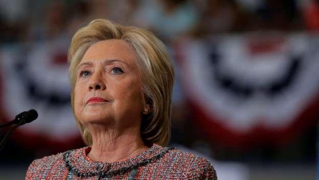 Le piratage de la messagerie du chef de campagne d'Hillary Clinton était passé inaperçu à cause de la vidéo scandale de Donald Trump, mais Julian Assange a mis sa menace à exécution, et les révélations visent essentiellement les démocrates. Avec notre correspondante à Washington, Anne-Marie Cappomacio Les emails rendus publics par WikiLeaks ne concernent que la campagne démocrate. Et Donald Trump, ravi de voir les regards se tourner vers son adversaire, s'en donne à cœur joie dans les…