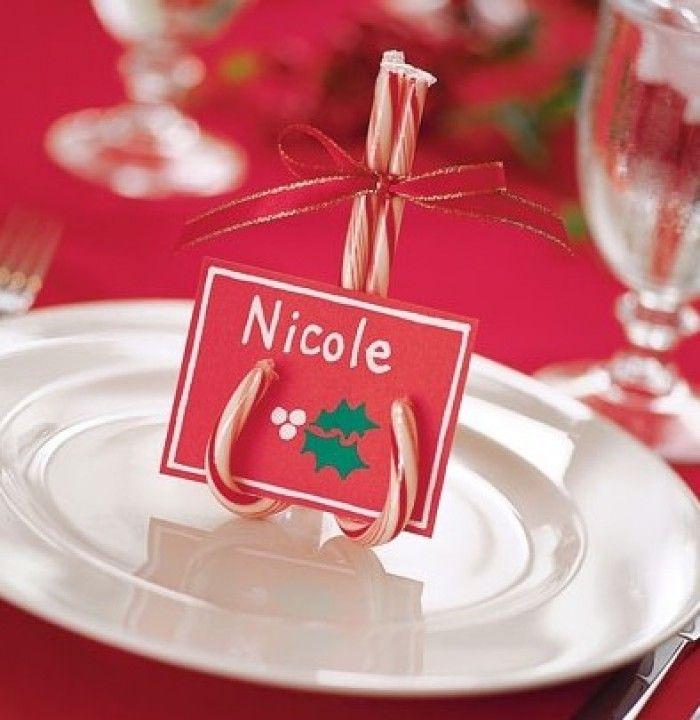 Zelf naamkaartjes maken voor een kerstdiner. Drie zuurstokjes, een lintje en een kaartje en klaar is kees!